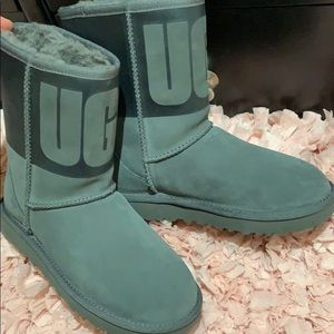 Ugg classic large ugg logo in front nwt size 5